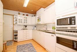 Alakerran toimiva keittiö.