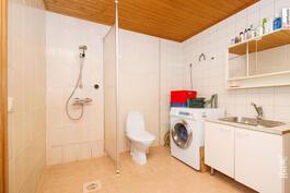 Tilava kylpyhuone.