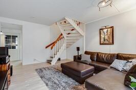Olohuone ja yläkertaan johtava portaikko