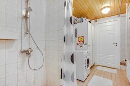 Alakerran pesuhuoneen yhteydessä on kodinhoitotilaa