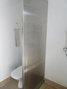 ... kaksi erillistä laatoitettua kylpy- ...