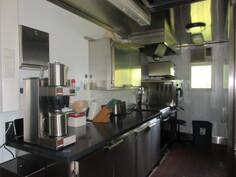 Päärakennuksen keittiön ammattikeittiössä 2000-luvun monip. ...