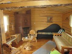 Kuvassa savusaunan saunatupa, jossa mm. varaava takka ja erittäin näyttävä sisustus!