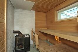 Puulämmitteinen sauna, jossa suihku