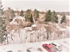 Rauhallinen talvimaisema makuuhuoneiden ikkunasta katsottuna