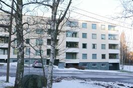 Asunto on tämän hissitalon ylin päätyhuoneisto / Lägenheten är i detta hisshusets översta våning.
