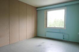 Toinen makuuhuone pihan puolella / Det andra sovrummet mot gårsplan