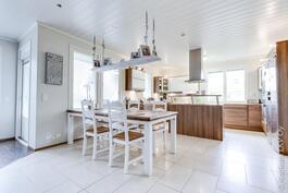 avokeittiön yhteydessä käynti terassille ja tilaa isolle ruokapöydälle