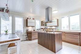 keittiössä saareke induktioliedellä