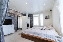 takkahuone, johon käynti saunaosastolta, toimii vanhempien makuuhuoneena