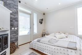 makuuhuoneena toimivassa takkahuoneessa käynti terassin vilpolaan