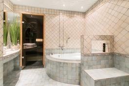 Suurempi kylpyhuone.