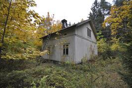 Vanha hirsinen päärakennus