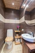 Erillinen wc noudattaa samaa tyylikästä linjaa