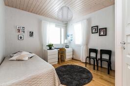 Toinen makuuhuone on myös reilun kokoinen