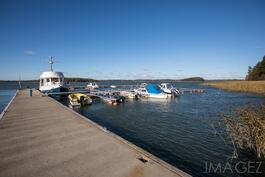 Alueen oma venelaituri, mahdollisuus ostaa venepaikka