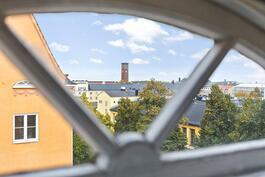 Kurkistus asunnon ihastuttavista kaari-ikkunoista.