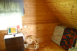 1. puolen pienempi makuuhuone parvella