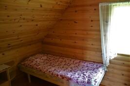 2. puolen pienempi makuuhuone parvella