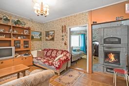 Vanhan puolen olohuone ja makuuhuonetta
