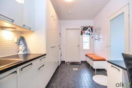 Tilavat ja toimivat kodinhoitotilat, joista käynti myös ulos terassille.