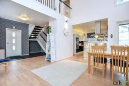 Olohuone ja ruokailutila on avoinaista ja avaraa tilaa ylös saakka.