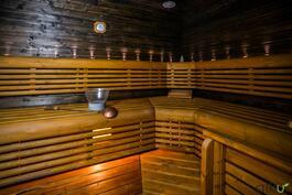 Tässä upeassa saunassa kelpaa rentoutua.