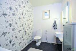 Yläkerran erillinen ja tilava wc.