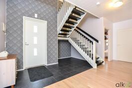 Kaunis portaikko johtaa yläkerran tiloihin.