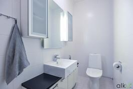 Alakerran kaunis erillinen wc.