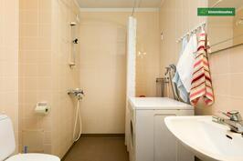 Kylpyhuone on tilava, sinne mahtuu hyvin pesukone.