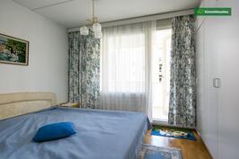 Makuuhuone, josta käynti parvekkeelle.