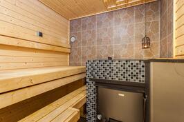 Sauna, puulämmitteisen kiukaan tahdittama