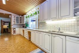 Keittiössä on kaappitilaa ja tasoa riittämiin.