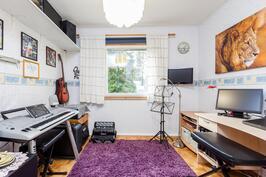 Makuuhuone 2. on talon musiikkihuone