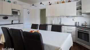 Keittiössä tilaa suurellekin pöydälle