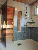 Kylpyhuone ja sauna päärakennuksessa
