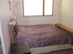 Makuuhuone takkahuoneen vieressä.
