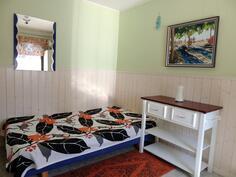 Makuuhuone eteisestä oikealla