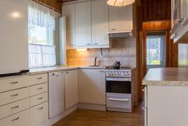 Vaalea ja kaunis keittiö.