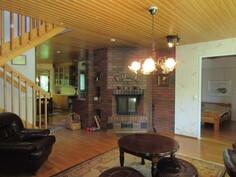 Talossa myös hyvät puulämmitysmahdollisuudet ja keittiössä mm. ....