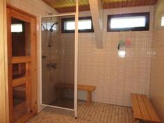 Tilavassa laatoitetussa kylpyhuoneessa on myös erillinen pyykinpesukonesyvennys!