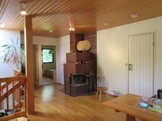Talossa on yläkerrassa alakerran varaavan takan ja keittiön varaavan lieden lisäksi näyttävä avotakka!