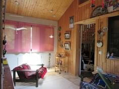 ...aitoa lämmintä puupintaa ja talon lattioissa runsaasti kaunista parkettia!