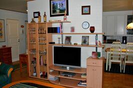 Avara olohuone yhdistyy eteiseen ja keittiöön
