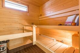 Sauna yläkerran kylpyhuoneen yhteydessä