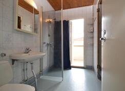 yläkerran kylpyhuoneesta on käynti parvekkeelle