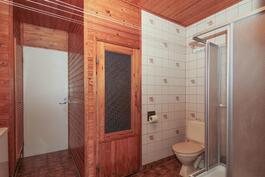 Pukuhuone, kylpyhuone, sauna.