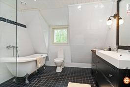 Nauti kylpy- tai suihkuhetki yläkerran kylpyhuonee