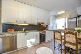 Ajattoman kaunis vaalea keittiö, jossa kaappitilaa ja työtasoja reilusti. Tunnelmallista ja valoisaa